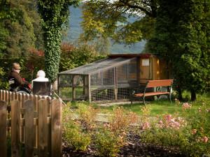 BewohnerInnen im Garten der ÖJAB SeniorInnenwohnanalage Aigen in Salzburg.
