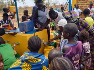 Nach der Eröffnung des solarbetriebenen Trinkwasserbrunnens wurde das erste Wasser geholt.