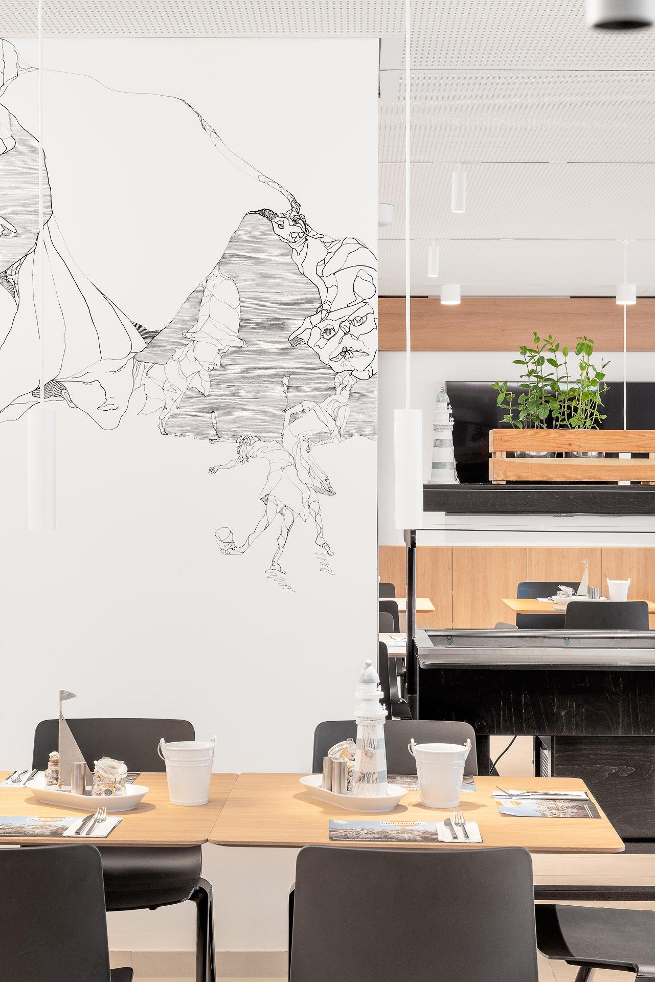 Blick auf Wandzeichnung von Birgit Schweiger aus 2019 im Frühstpcksraum des Hauses.