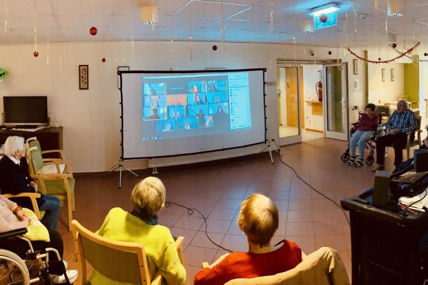 Zoom-Treffen von SeniorInnen mit einer Schülerin.