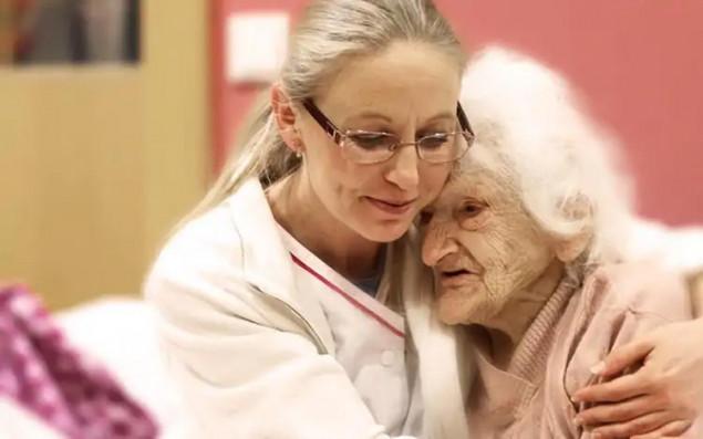 Pflegerin mit Bewohnerin einer Wohn- und Pflegeeinrichtung der ÖJAB.