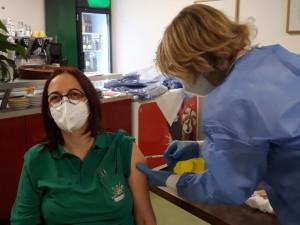 Mitarbeiterin des ÖJAB-Hauses Neumargareten bei der Corona-Impfung.