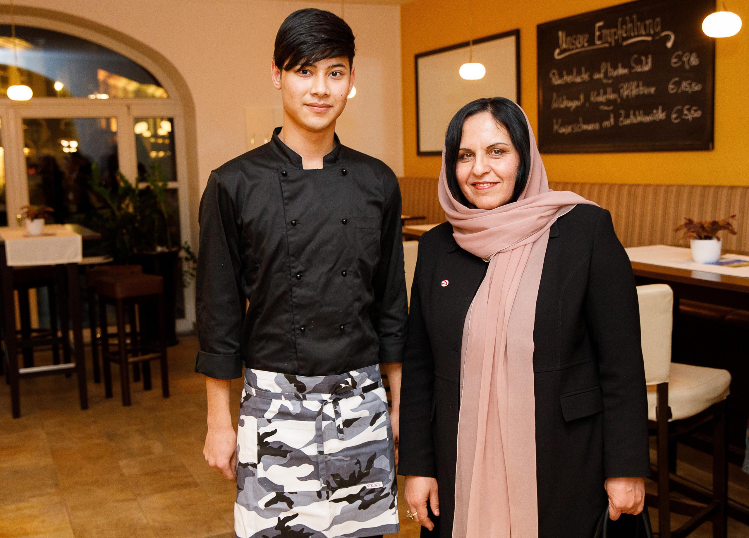 Mostafa Ahmadi is currently gastronomy apprentice, and next to him is Khojesta Fana Ebrahimkhel, Ambassador of Afghanistan in Austria. Photo: PaN / Wieser