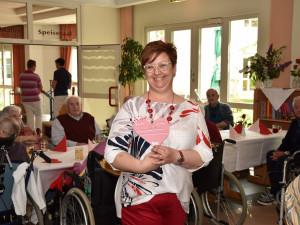 Wohnbereichsleiterin Claudia Kroboth hat von den SchülerInnen auch ein Herz zum Muttertag bekommen.