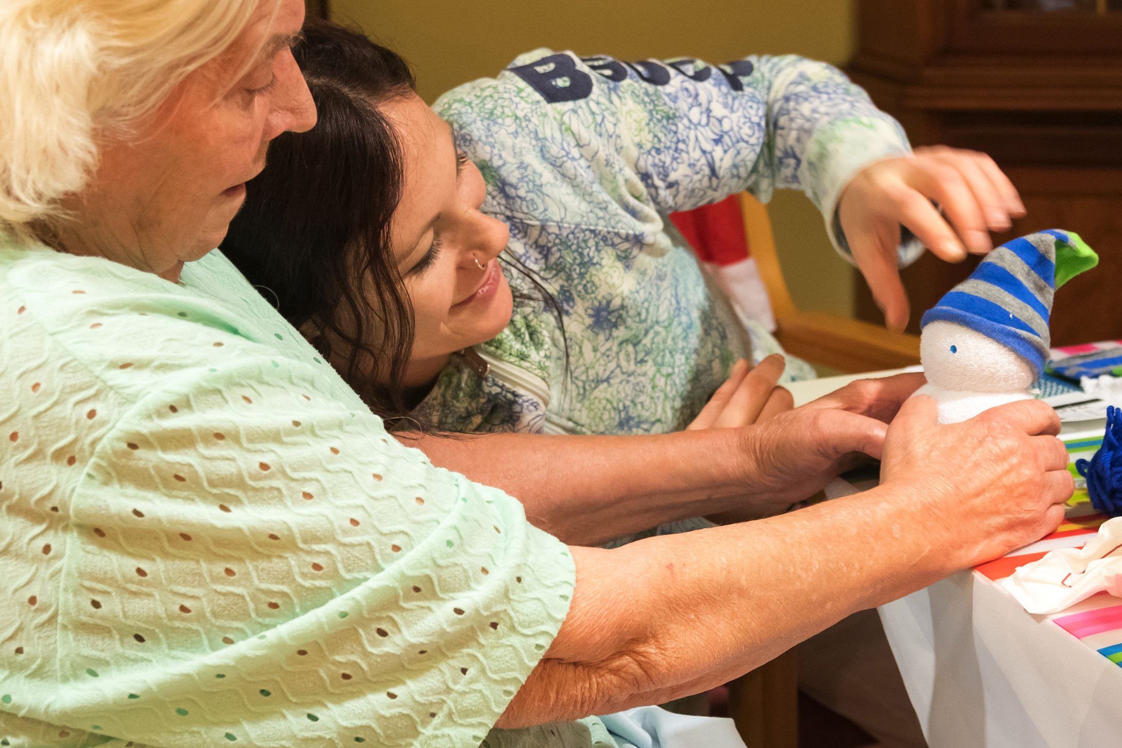 Pflegerin bastelt mit Bewohnerin der ÖJAB-SeniorInnenwohnanlage Aigen.