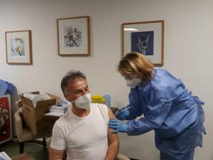 Mitarbeiter des ÖJAB-Haus Neumargareten bei der ersten Corona-Impfung.