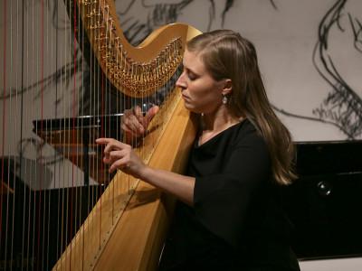 ...die mit ihrer Harfe das Publikum ebenso in den Bann zog.