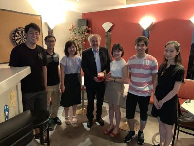 Gruppenfoto der Japanischen ReideteilnehmerInnen zusammen mit Josef Wimmer, stellvertretender Geschäftsführer der ÖJAB.