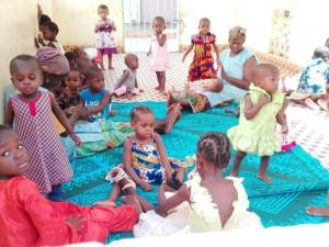 Kinder des Waisenhauses.