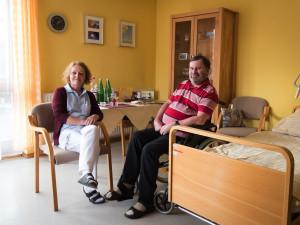Pflegerin mit Bewohner im Einzelzimmer der ÖJAB-SeniorInnenwohnanlage Aigen.