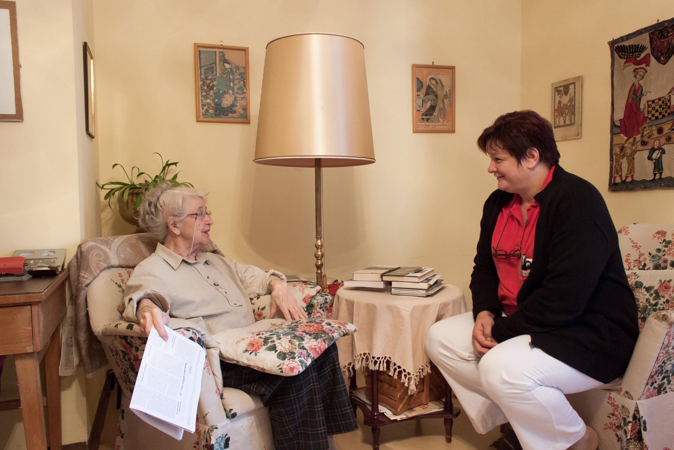 Pflegerin mit Bewohnerin im ÖJAB-Haus Neumargareten.