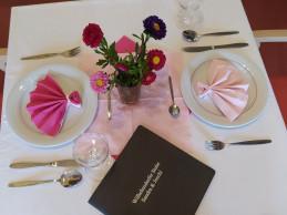 Gedeckter und dekorierter Tisch für das Essen.