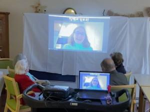 Zoom-Videoanruf von SeniorInnen mit einer Schülerin.