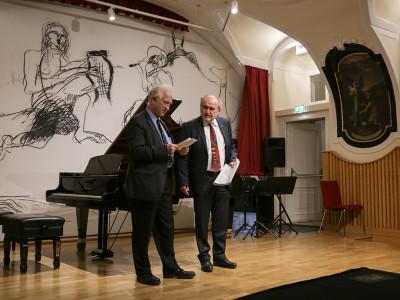 Die Ergebnisbekanntgabe der Jurybewertung erfolgt durch o.Univ.-Prof. Rolf Plagge (links), gemeinsam mit Josef Wimmer, stellvertretender Geschäftsführer der ÖJAB (rechts).