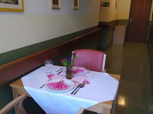 Dekorierter Tisch im Tagesraum des Wohn- und Pflegeheims.
