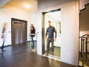 Gangbereich mit Lift im ÖJAB-Haus Meidling.
