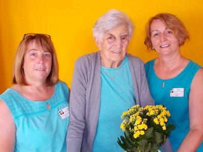 Portraitfoto Johanna Laky mit Roswittha Kraller und Evi Burits, die am gleichen Tag mit ihr Geburtstag feiern.
