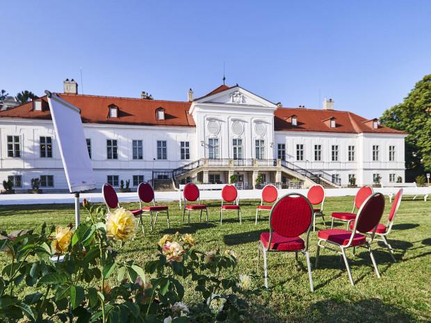 Schlossgarten vor dem Schloss Miller-Aichholz.