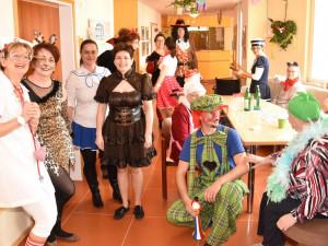 MitarbeiterInnen und BewohnerInnen beim Faschingsfest im ÖJAB-Haus St. Franziskus.