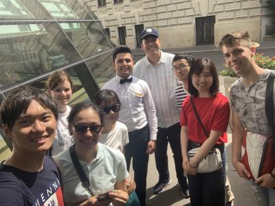Gruppenfoto mit japanischen ReiseteilnehmerInnen und Bewohner des ÖJAB-Hauses Greifenstein an seiner Arbeitsstätte vor dem Café Landtmann. Foto: Yasuaki Kimoto.