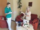 Gertraud Lesniewicz überreicht Masken an Pflegerin Biljana Petrovic.