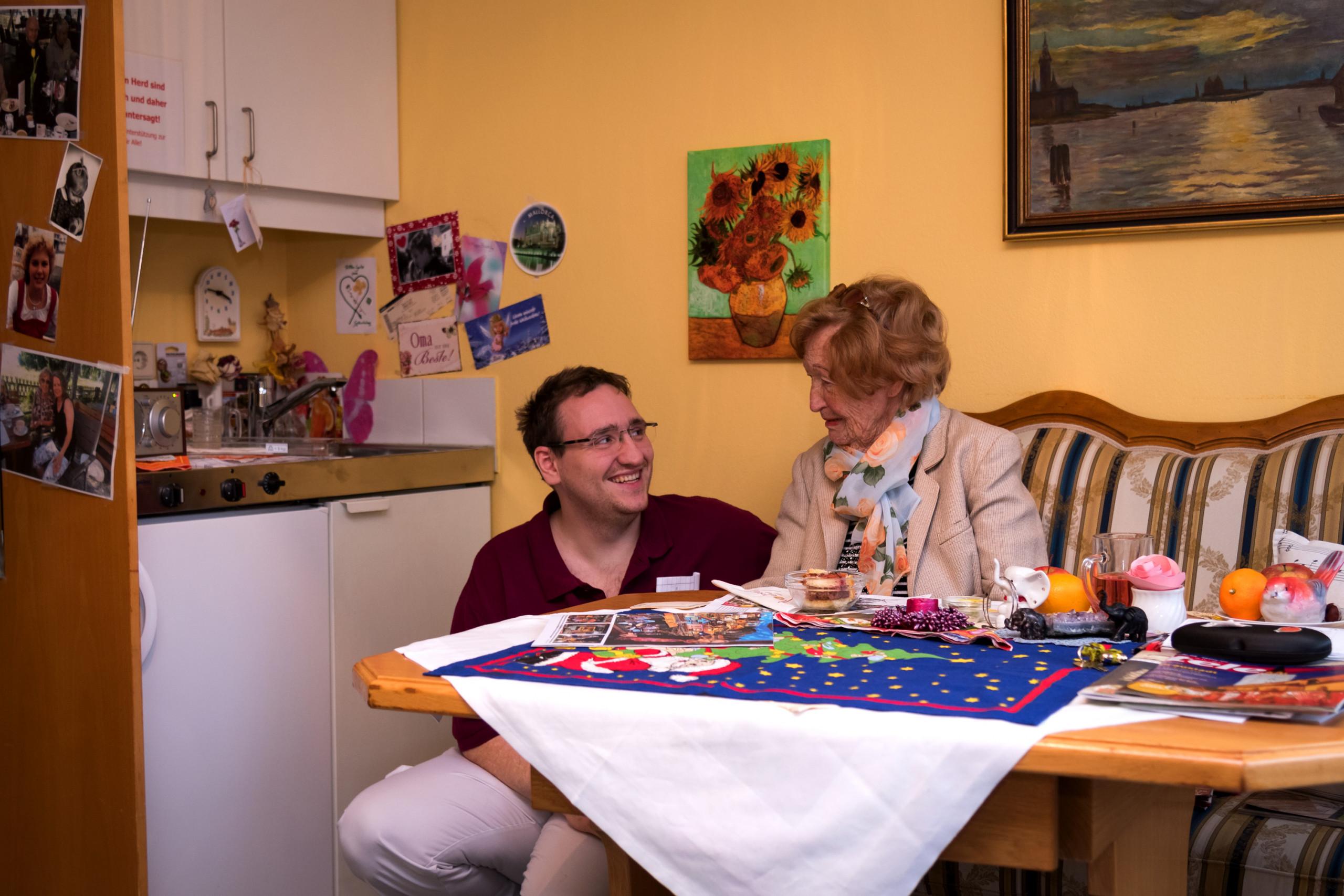 Pfleger mit Bewohnerin im Einzelzimmer der ÖJAB-SeniorInnenwohnanlage Aigen.