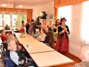 MitarbeiterInnen und BewohnerInnen bei der Polonaise bei der Faschingsfeier im ÖJAB-Haus St. Franzsikus.