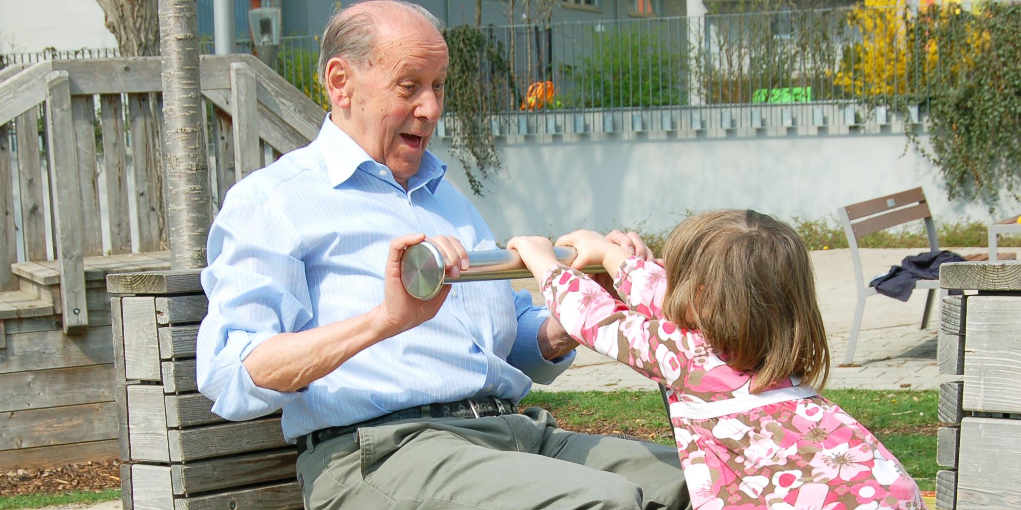 Symbolbild Senior im Kind auf Spielplatz.