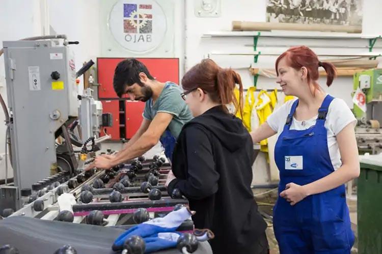 Lehrlinge der Glasbautechnik in den Werkstätten des BPI der ÖJAB.
