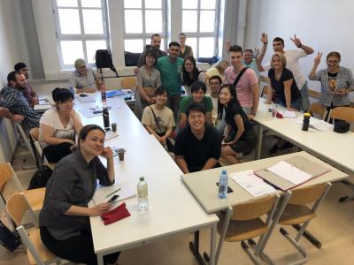 Gruppenfoto japanischer Studierender mit Deutschkurs-TeilnehmerInnen am BPI der ÖJAB und Mitarbeiter der ÖJAB.