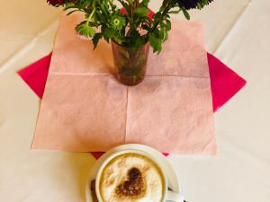 Angerichteter Kaffee auf einem dekorierten Tisch.